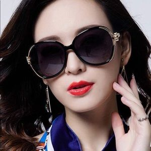 Accessories - Camellia flower Sleek Sunglasses